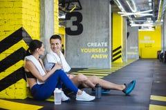 Le couple positif parle après la formation dans le studio de sport images libres de droits