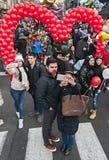 Le couple prend un selfie avec le smartphone Images libres de droits