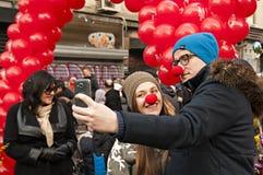 Le couple prend un selfie avec le smartphone Photographie stock