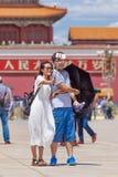 Le couple prend un selfie sur la Place Tiananmen ensoleillée, Pékin, Chine Photo stock