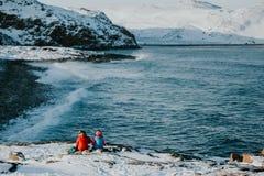 Le couple presque se repose à la crête de montagne Photo libre de droits