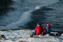 Le couple presque se repose à la crête de montagne Photos stock