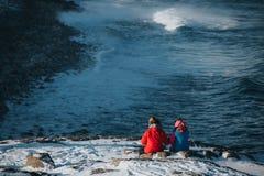 Le couple presque se repose à la crête de montagne Photographie stock