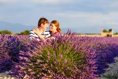 Le couple romantique dans l'amour en lavande met en place en Provence, France Photographie stock libre de droits