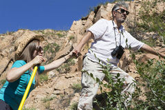 Le couple romantique des touristes monte dans les montagnes Photographie stock