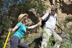 Le couple romantique des touristes monte dans les montagnes Image libre de droits