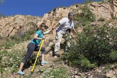 Le couple romantique des touristes monte dans les montagnes Photos stock