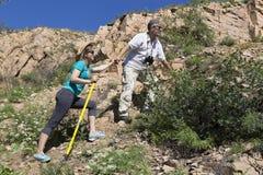 Le couple romantique des touristes monte dans les montagnes Images libres de droits