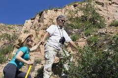 Le couple romantique des touristes monte dans les montagnes Images stock