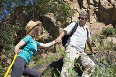 Le couple romantique des touristes monte dans les montagnes Image stock
