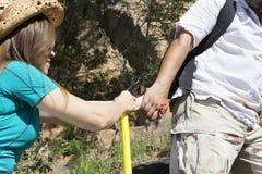 Le couple romantique des touristes monte dans les montagnes Photographie stock libre de droits