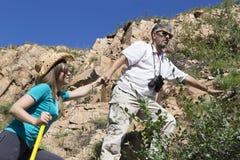 Le couple romantique des touristes monte dans les montagnes Photo libre de droits