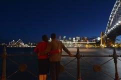 Le couple romantique regarde l'horizon de Sydney le crépuscule Photos libres de droits