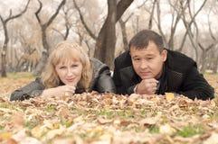 Le couple s'étend ensemble sur une herbe Images stock