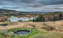Le couple se baigne en source thermale islandaise naturelle au crépuscule Photos libres de droits