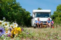 Le couple se déplace en le camping-car Images libres de droits