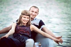 Le couple se situe dans le bateau Photo stock