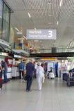 Le couple supérieur part de l'aéroport d'Amsterdam Schiphol, Pays-Bas Photo libre de droits