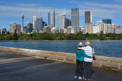 Le couple supérieur regarde le skylin S de Sydney Central Business District Images libres de droits
