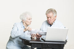 Le couple supérieur regarde des factures concernées Photo stock