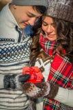 Le couple tient un cadeau pour le jour du ` s de Valentine Images stock