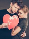 Le couple triste tient le coeur brisé Photo stock