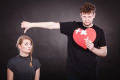 Le couple triste tient le coeur brisé Photographie stock libre de droits