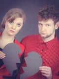 Le couple triste tient le coeur brisé Image stock