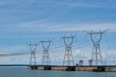 Le courant électrique domine pour le ciel bleu d'industrie hydro-électrique de barrage image stock