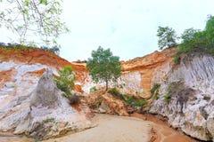 Le courant féerique traverse la roche volcanique créant beaucoup de belles formes en nature Image stock
