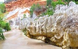 Le courant féerique traverse la roche volcanique créant beaucoup de belles formes en nature Photo libre de droits
