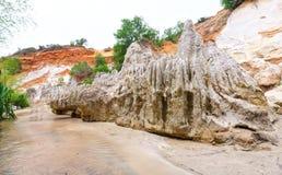 Le courant féerique traverse la roche volcanique créant beaucoup de belles formes en nature Image libre de droits