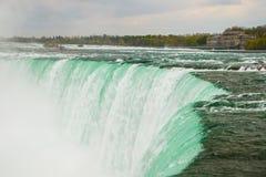 Le courant puissant de l'eau dans les chutes du Niagara, Canada Image libre de droits