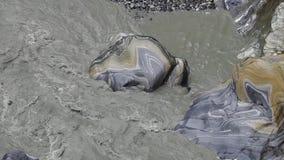 Le courant puissant de la rivière coulant à travers les roches de marbre chez Taroko gorgent le parc national à Taïwan clips vidéos