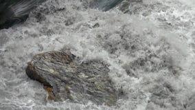 Le courant puissant de la rivière coulant à travers les roches de marbre chez Taroko gorgent le parc national à Taïwan banque de vidéos