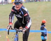 Le coureur aîné de bicyclette concurrence à l'événement de Cycloross Image libre de droits