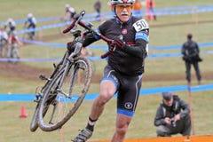 Le coureur aîné de bicyclette concurrence à l'événement de Cycloross Images libres de droits