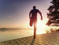 Le coureur d'homme faisant ?tirant l'exercice, pr?parent le corps pour la s?ance d'entra?nement photos libres de droits