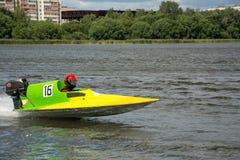Le coureur dans le bateau de vitesse vont rapidement le long de la rivière photo libre de droits