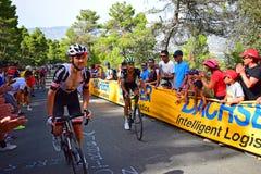 Le coureur de cycle se tenant sur colporte Photo stock