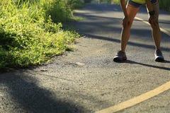 Le coureur de femme font une pause à la traînée tropicale de forêt de matin Image stock