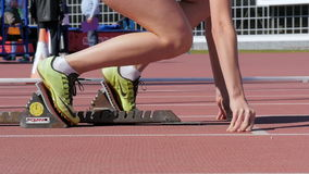 Le coureur de fille commence par un bas début 400 mètres clips vidéos