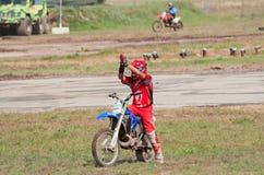Le coureur de motocross salue des spectateurs Photo libre de droits