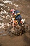 Le coureur de motocross tourne dans la ligne de jauge avec Photos libres de droits