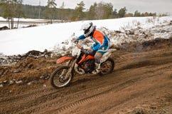 Le coureur de MX conduit dans la descente sur la piste de motocross Photos stock