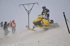 Le coureur de Snowmobile sprints sur le chemin vers le bas Images libres de droits
