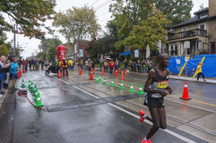 Le coureur kenyan Albert Korir fonctionne après le point de revirement de 33 kilomètres du marathon 2016 de bord de mer de Scotia Image libre de droits