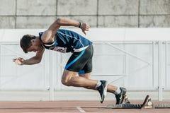 Le coureur masculin commence à partir des blocs démarrants sur une distance de 400 mètres Images stock