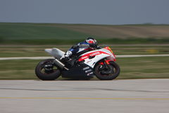 Le coureur seul de motocyclette dans virage à gauche dessus la voie Photos libres de droits