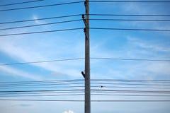 Le courrier de l'électricité près de la route, ciel bleu photographie stock libre de droits